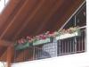 Balkongeländer aus verzinktem und lackiertem Stahl und einem Edelstahl Handlauf