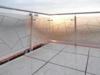 Balkongeländer aus Edelstahl mit einer aufgedruckten Schmitzstruktur