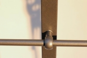 Balkongeländer aus lackiertem Edelstahl mit einem Handlauf aus Kupferseil