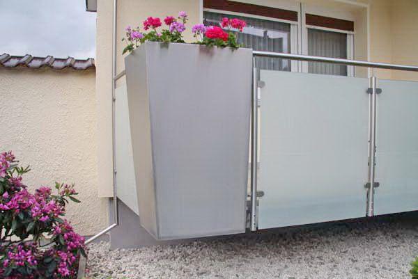 balkongel nder aus edelstahl mit einem pflanz gef. Black Bedroom Furniture Sets. Home Design Ideas