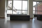 Bank aus Stahl und Tisch aus Stahl und Beton