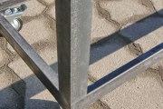 rollbares Untergestell aus Stahl für eine Bank