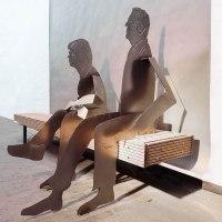 Hilla und Franz, Skulpturen auf einer Holzbank