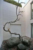 Bronzebaum - riesige Skulptur in einem Atrium