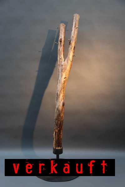 Baumstamm Garderobe mit einem Stahlständer