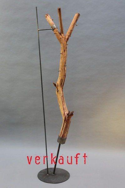 Baumstamm Garderobe mit einem  Stahlfuß