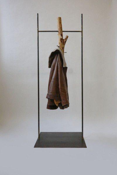 Garderobe aus Stahl und einem Baumstamm