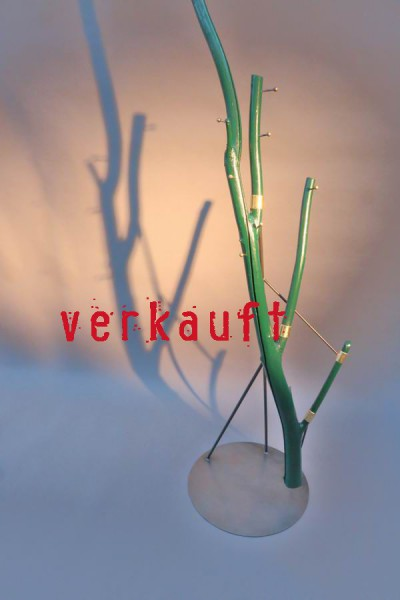 Grün lackierte Baumstamm Garderobe