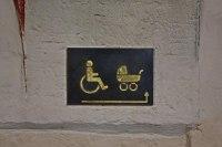 Rollstuhl und Kinderwagen Piktogramme  weisen den Weg