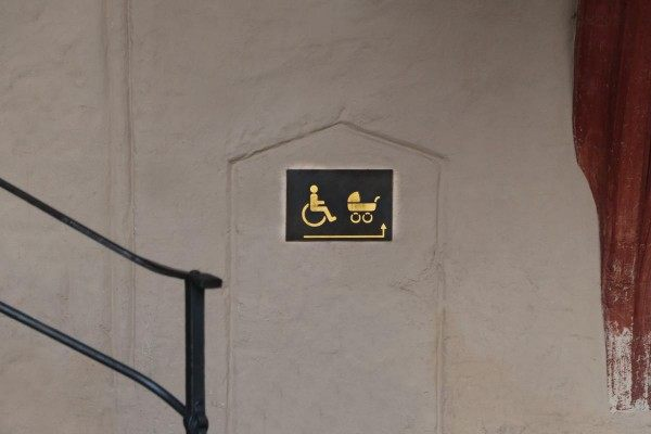 Hinweisschilder zum barrierefreien Eingang