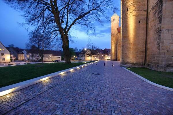 Beleuchtete Wegeinfassung aus Beton an der Michaeliskirche in Hildesheim