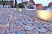 Beleuchtete Betonmauer