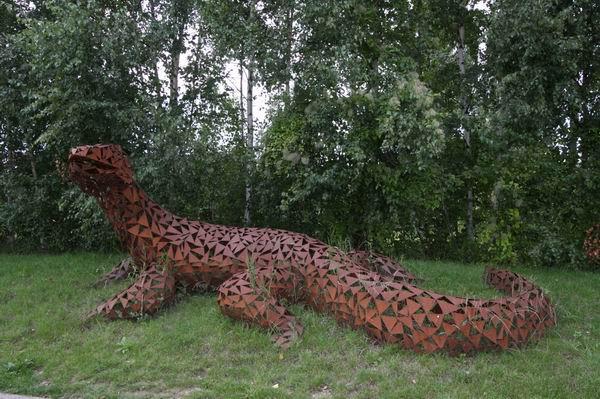 5 Meter lange Echse mit rostiger Patina