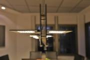 Motorisch verfahrbare Leuchte für einen Besprechungstisch mit einem extra angefertigtem Leuchtenlift