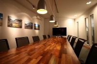 Besprechungsraum mit Pendelleuchten