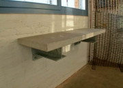 wandhängender Tisch aus Beton mit feuerverzinkten Konsplen