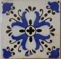 Fliese mit blauen Blumen