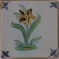 Wunderschöne, farbige, antike friesische, Fliese mit einem Blumenmotiv