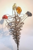 Blume aus Draht und farbigen Glasbrocken