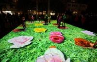 Late Light Shopping in Hildesheim: Projektion mit wachsenden Blumen