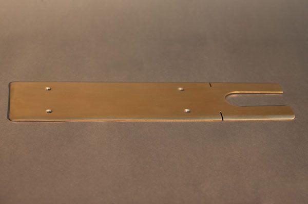 Abdeckung aus Tombak für einen Bodentürschließer