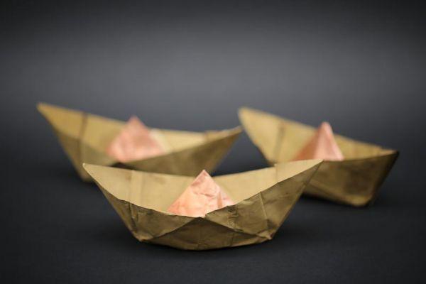 Kleine Bötchen aus Kupferfolie gefaltet