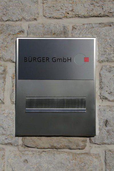 Neues Schild für eine Briefkastenanlage