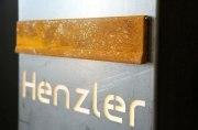Frei stehender rostiger Briefkasten mit hinterleuchtetem  Namen