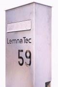 Hausnummer und Name können gegen einen kleinen Aufpreis mit Acrylglas hinterlegt werden.