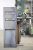 Beeindruckender Briefkasten aus rostigem Stahl