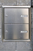 Briefkasten aus Edelstahl in einer Natursteinsäule