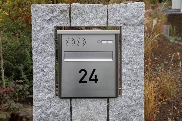 Briefkasten in Natursteinstelen