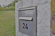 Natursteinstele mit Briefkasten