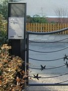 Briefkastensäule aus lackiertem Stahl