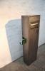Frei stehende Briefkastensäule aus Corten Stahl