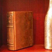 Buch aus gegossener Bronze