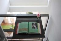 Buchablage mit integrierter Blumenvase aus 3mm lackiertem Stahlblech an einem Geländer