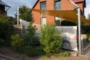 Carport mit Sonnensegel aus Precontraint-Tuch und Pfosten aus verzinktem Stahl