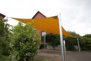 farbiges Sonnensegel mit Tragekonstruktion aus verzinktem Stahl