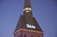 Christus - der Retter ist da! Textprojektion auf den Turmhelm der Andreaskirche in Hildesheim 2007