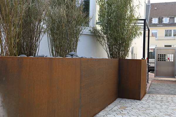 eindrucksvolles hochbeet aus corten stahl. Black Bedroom Furniture Sets. Home Design Ideas