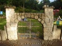 Eingangstor für die Bewohner von Schloß Neuschweinstein im Zoo Hannover