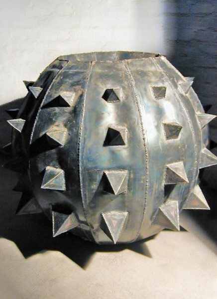 Stacheliges Gefäß aus 1 mm Stahlblech mit der Flamme geschweißt