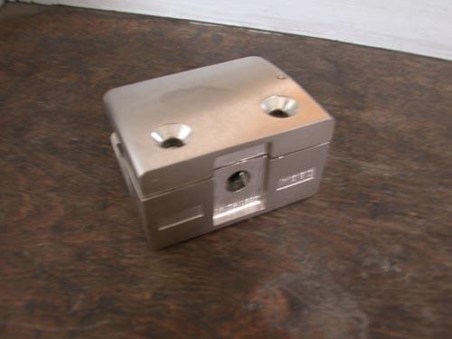 Klemmhalter aus Zinkdruckguß in Edelstahloptik mit AbZ