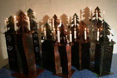 neue Tannenleuchter aus farbigem Stahl