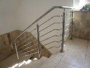 Treppen- und Brüstungsgeländer aus Edelstahl und Messingkugeln.