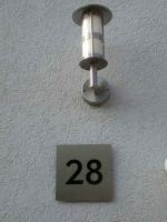 Hausnummer 28 aus Edelstahl mit schwarzem Plexiglas hinterlegt