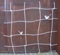 Quadratisches Rankgitter aus feuerverinktem Stahl und gelaserten Vögeln