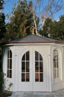 vergoldeter Apotheker Kelch als Giebelzier für einen Gartenpavillon