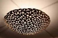 Deckenleuchte aus zusammengeschweißten Dreiecken